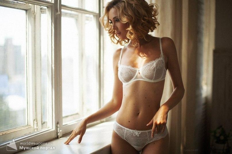 Красотка в белом, кружевном нижнем белье. Просто шикарно! ;)