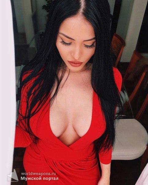 Красотка в ярком красном платье с шикарным декольте. Огонь!!!
